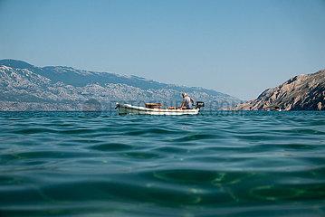 Kroatien  Rab  San Marino - Fischer fahert Richtung Hafen am am Paradise Beach