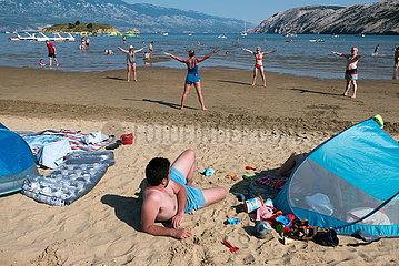 Kroatien  Rab  San Marino - Aerobic-Uebung fuer Touristen am Paradise Beach