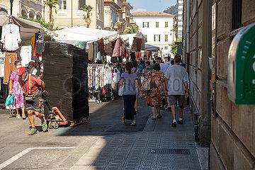 Volle Straßen bei Wochenmarkt in Chiavari bei Genua