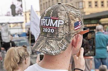 Teilnehmer mit Trump Kappe