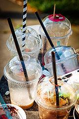 Plastikmüll mit Strohhalmen in einem Müllbehälter