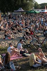 Polen  Poznan - Menschen lauschen einer Musikveranstaltung an der Warthe