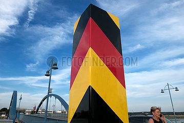 Deutschland  Frankfurt/Oder - deutscher Grenzpfosten an der Stadtbruecke ueber die Oder nach Slubice  Polen  auf der anderen Seite des Flusses