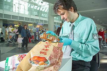 Gefahr Vogelgrippe  Zoll beschlagnahmt Lebensmittel aus Asien  Muenchner Flughafen  2005