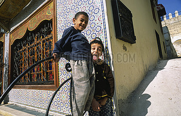 Fes  Marokko  Ein kleiner Lausbub streckt die Zunge raus