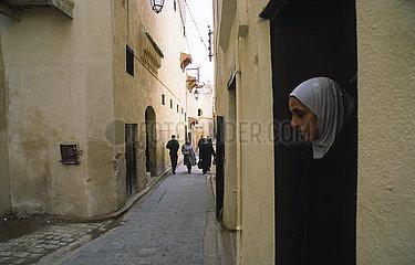 Fes  Marokko  Strassenszene in der historischen Altstadt mit ihren engen Gassen