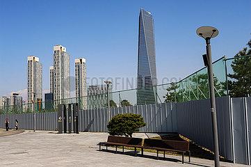 Seoul  Suedkorea  Stadtansicht von New Songdo City mit Wohntuermen und Wolkenkratzer