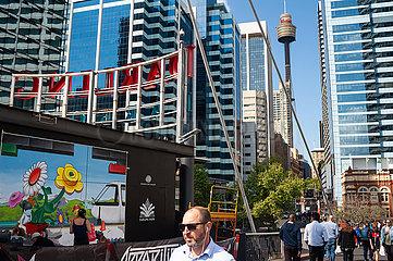 Sydney  Australien  Stadtansicht mit Menschen und Buerohaeusern im Geschaeftsviertel