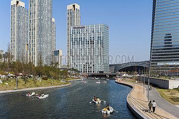 Seoul  Suedkorea  Stadtansicht von New Songdo City mit modernen Hochhaeusern und See