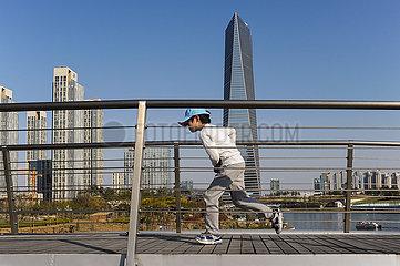 Seoul  Suedkorea  Stadtansicht von New Songdo City mit Bruecke und Wolkenkratzer