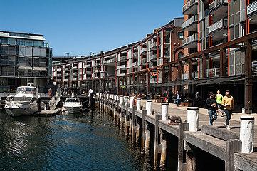Sydney  Australien  Moderne Wohngebaeude am Ufer entlang der Walsh Bay