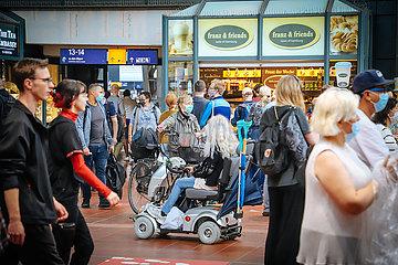 Menschenmassen in der Wandelhalle und Gedraenge auf dem Bahnsteig im Hauptbahnhof