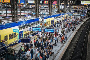 Gedraenge auf dem Bahnsteig im Hauptbahnhof