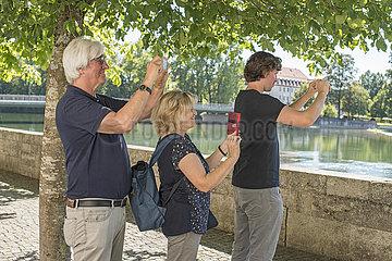 Touristen fotografieren mit ihrem Smartphone  Landsberg am Lech