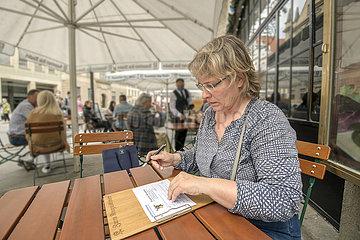 Restaurant Fussgaengerzone Wiedereroeffnung  Gaesteregistrierung  Muenchen  Mai 2020
