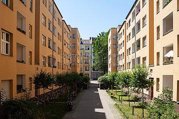 Berlin  Deutschland  Sanierte Mehrfamilienhaeuser im Ortsteil Moabit