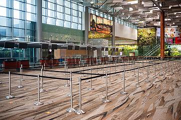 Singapur  Republik Singapur  Leere Abflughalle im Terminal 3 am Flughafen Changi waehrend Coronakrise