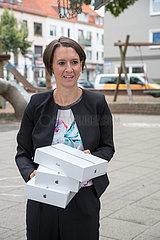 Deutschland  Bremen - Claudia Bogedan (SPD)  Bremer Senatorin fuer Kinder und Bildung  verteilt symbolisch neue tablets an Grundschule  Digitalsierungsoffensive wegen Corona