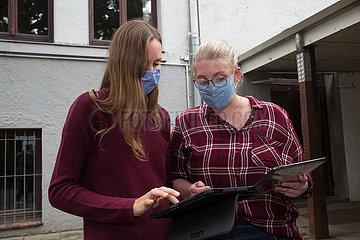 Deutschland  Bremen - Zwei Lehrerinnen einer Grundschule probieren ihre neuen tablets aus  Digitalsierungsoffensive wegen Corona