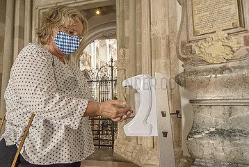 Haende desinfizieren in der Kirche  Freising  August 2020
