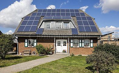 Wohnhaus mit Photovoltaik Solarzellen auf dem Dach  Willich  Nordrhein-Westfalen  Deutschland