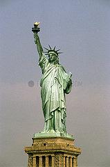 USA  New York City - Die Freiheitsstatue auf auf Liberty Island vor Manhattan
