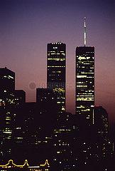 USA  New York City - Die skyline von Manhattan mit den twin towers des World Trade Center  Blick von der Brooklyn Bridge