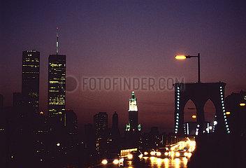 USA  New York City - Teil der skyline von Manhattan mit den twin towers des World Trade Center  gesehen von der Brooklyn Bridge