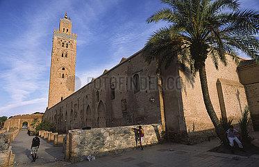 Marrakesch  Marokko  Koutoubia-Moschee mit Minarett und Palme