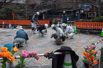 Kyoto  Japan  Strassenbauarbeiter bessern in der Altstadt den Belag einer Fussgaengerstrasse aus