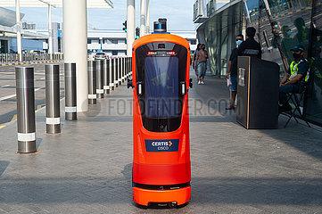 Singapur  Republik Singapur  Autonomer Roboter auf Streife am Jewel Terminal des Flughafen Changi