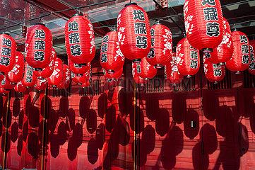 Singapur  Republik Singapur  Lampions mit Schriftzeichen am Buddha Tooth Relic Tempel in Chinatown
