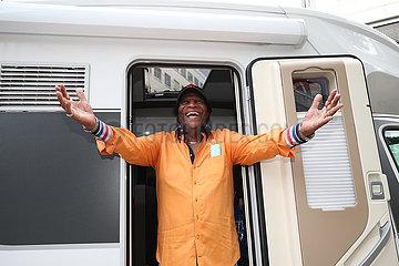 Saenger Roberto Blanco mit Wohnmobil zu Besuch in Magdeburg.