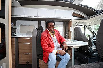 Saenger Roberto Blanco mit seinem Wohnmobil zu Besuch in Magdeburg.