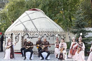 KYRGYZSTAN-BISHKEK-Komuz DAY-FEIER