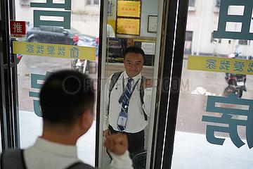 CHINA-JIANGXI-NANCHANG-disabled MAN-Walking auf knien (CN)