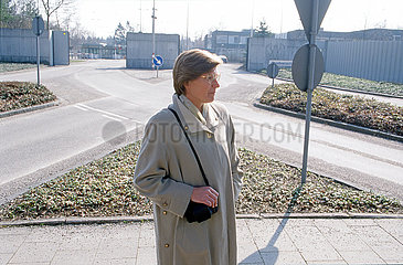 Gabriele Gast  ehemalige Topspionin der DDR beim BND  vor BND-Zentrale in Pullach  1999