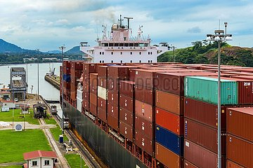 Panamakanal  Containerschiff in der Mirafloresschleuse | Panama Canal  container ship in the Miraflores lock