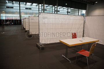 Deutschland  Bremen - Corona-Testzentrum in einer Messehalle  leere Plaetze fuer Eingangsgespraeche mit zu testenden Personen