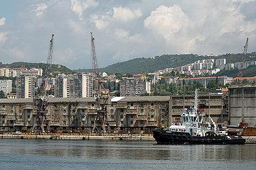 Kroatien  Rijeka - Ladekraene im Hafen  rechts ein Schlepper