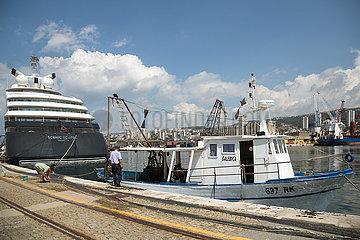 Kroatien  Rijeka - Fischerboot  daneben die Superyacht Scenic Eclipse