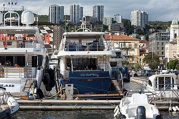 Kroatien  Rijeka - groessere Motoryachten von reichen Eigentuemern  Yachthafen beim Stadtzentrum
