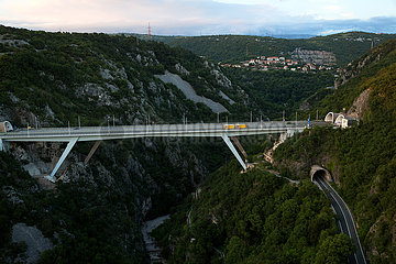 Kroatien  Rijeka - Blick auf die Autobahn E61  die durch die Berge an der Rueckseite der Stadt verlaeuft