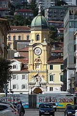 Kroatien  Rijeka - Stadtturm Rijeka  unten ein Bus mit Werbung fuer Europas Kulturhauptstadt 2020