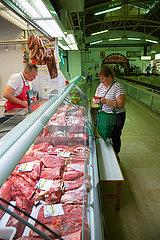 Kroatien  Rijeka - Fleischtheke in einer alten Markthalle