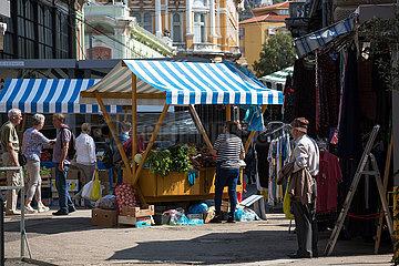 Kroatien  Rijeka - Strassenszene beim Obst- und Gemuesemarkt