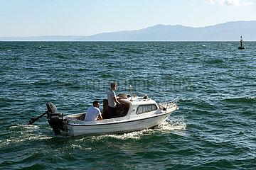 Kroatien  Rijeka - Kleines Motorboot auf offener See in Kuestennaehe