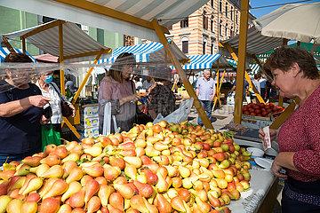 Kroatien  Rijeka - Verkauf von regionalen Birnen auf dem Obst- und Gemuesemarkt