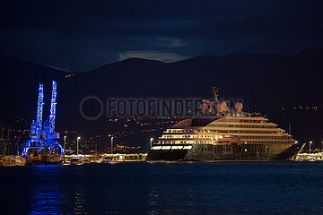 Kroatien  Rijeka - Die Megayacht Scenic Eclipse am Anlger  links angeleuchtete Ladekraene