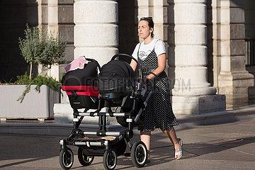 Kroatien  Rijeka - Mutter mit Zwillingen im Kinderwagen